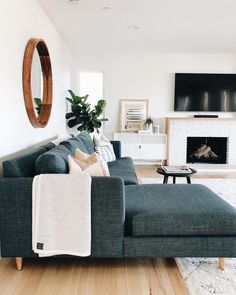 47 Neat and Cozy Living Room Ideas for Small Apartment &; rengusuk 47 Neat and Cozy Living Room Ideas for Small Apartment &; rengusuk Impalaluna impalaluna New Home Das Wohnzimmer ist der […] Room sofa Cozy Living Rooms, My Living Room, Living Room Interior, Living Spaces, Living Area, Barn Living, Interior Livingroom, Living Room Ideas Dark Couch, Living Room Decor Green