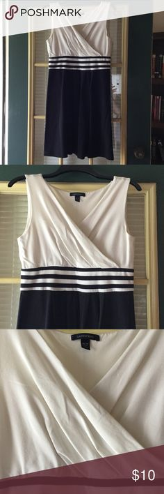 Land's End Women's Petite Fit & Flare Dress Only worn once Land's End petite fit and flare dress. Perfect for the office or weekends. Very flattering, comfortable, and stretchy. Stripe waistband, faux wrap top. Off white and black. Size M/P (10-12). 58% Pima-baumwolle, 39% viskose, 3% elastane. Lands' End Dresses Midi