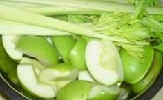 Almás zeller ital  - Léböjt Recept 4-5  szál zeller 2-3  alma Diabetic Recipes, Diet Recipes, Healthy Recipes, Healthy Drinks, Celery, Health Tips, Smoothies, Vitamins, Paleo
