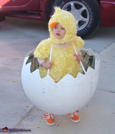 Chicken in the Egg - hysterical DIY Halloween costume for baby! Farm Costumes, Family Halloween Costumes, Halloween Kids, Halloween Scarecrow, Farmer Halloween, Chicken Halloween, Costumes Poulet, Chicken Costumes, Baby Chicken Costume