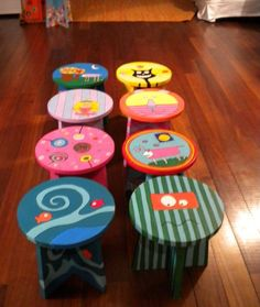 Banquitos de madera artesanales pintados a mano, algunos modelos ya estan hechos y tambien hacemos a pedido. para chicos y chicas.... Painted Kids Chairs, Painted Stools, Wooden Stools, Painting Kids Furniture, Hand Painted Furniture, Painting For Kids, Wooden Crafts, Diy And Crafts, Furniture Makeover