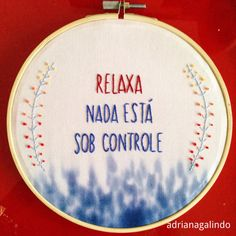 "Bordado ""relaxa nada está sob controle"", aro 17cm / Embroidery, ""relax nothing is under control"" Adriana Galindo drigalindo1@gmail.com"
