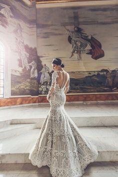 Sente só a elegância deste vestido de noiva sereia off white com tela em fio de algodão – uma espécia de renda mais rústica – e forro em tecido lurex dourado. Muito glamour!