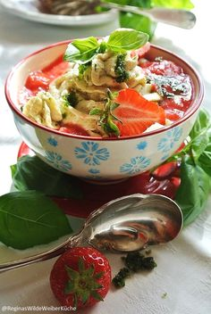 Basilkum-Griesmousse mit Erdbeer-Rhabarber Ragout Wilde, Punch Bowls, Thai Red Curry, Ethnic Recipes, Food, Food And Drinks, Meal, Eten, Meals