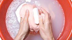 Per eliminare le macchie dal tuo bucato usa smacchiatori naturali invece di quelli chimici che possono essere molto aggressivi ed irritanti.