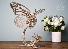 Puzzle 3D Fluture mecanic Ugears este o incredibila sculptura cinetica animata, compusa din detalii care se armonizeaza perfect. Aripile mari ale Fluturelui sunt puse in miscare de un motor activat cu banda din cauciuc. Fara baterii sau alta sursa de energie. Doar mecanica pura. 3d Puzzles, Wooden Puzzles, Wooden Toys, All You Need Is, 3 D, Place Card Holders, Butterfly, Make It Yourself, Create