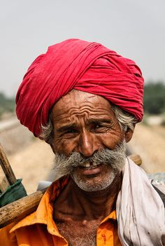 Portrait of an old indian man - Portrait of an old indian worker with a magenta turban Portrait Photography Men, Figure Photography, People Photography, We Are The World, People Of The World, Old Man Pictures, Old Man Portrait, Old Man Face, Human Figure Sketches