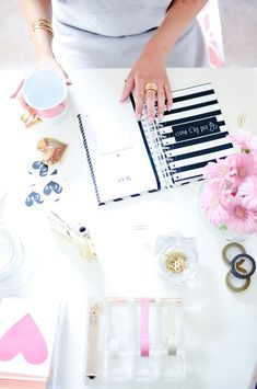 9 organizational tips to tackle your ever-growing to-do list - The Golden GirlThe Golden Girl Home Office, Office Decor, Office Chic, Cubbies, Deco Studio, Blogging, Ideas Para Organizar, Girly, Planner Organization
