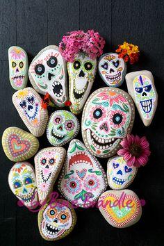 """Witzig bunte Sugarsculls oder auch Totenköpfe im Stil des Mexikanischen """"Fest der Toten"""" oder """"Dia de los muertos"""" als wunderbare deko für Halloween. Bemalte Steine ganz einfach selber machen mit Acrylmarkern. Bild von Bine Brändle"""