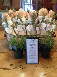 Rehearsal dinner: French bread loaves tied w/mini olive oil bottles & rosemary sprigs. Lovely & fragrant favors or hostess gift! Wein Parties, Olive Oil Bottles, Food Gifts, Food Presentation, Homemade Gifts, Diy Gifts, Holiday Parties, French Dinner Parties, Italian Themed Parties
