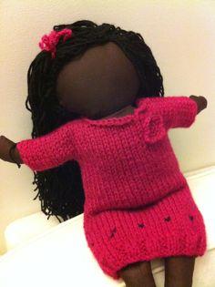 Les poupées sans visage: la poupée mariam robe tricot fushia