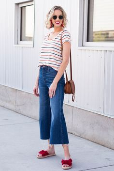 Have you ever wondered when to tuck and not tuck your shirt plus how? This post is your guide to the front tuck, full tuck, tie, and leaving untucked! Tucked In Shirt Outfit, Half Tucked Shirt, Diy Clothes Life Hacks, Clothing Hacks, Clothing Ideas, Worth Clothing, Clothing Styles, Diy Fashion Hacks, Fashion Ideas