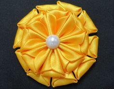 Mais uma linda flor de cetim para decorar acessórios como faixas de bebê, presilhas, tiaras...