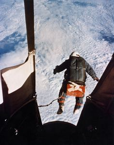 This is Joe Kittinger. His record for highest parachute jump should be broken by the end of the year when Felix Baumgartner attempts a ft jump from the Red Bull Stratos. He is expected to break the sound barrier in freefall. Felix Baumgartner, National Geographic, Joseph Williams, Retro Futuristic, Man Vs, Pictures Of The Week, Leap Of Faith, Space Travel, Belle Photo