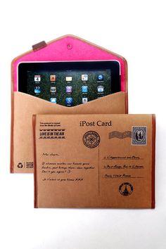 De iPostcard is er in 3 versies met bijbehorende kleuren, Parijs, New York en Londen. De buitenkant van de sleeve is van hetzelfde materiaal als waar jeans van wordt gemaakt. De binnenkant is gevoerd met vilt om je iPad optimaal te beschermen. Elke sleeve wordt handgemaakt en voorzien van een uniek serienummer.