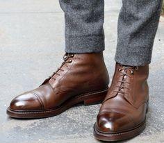 Une belle paire de bottine au cuir grainé et avec un bout ciré et un pantalon en laine gris à l'ouverture aux chevilles parfaite pour bien mettre en valeur les bottes.