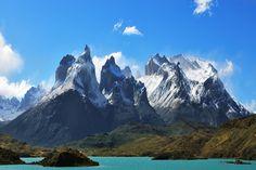 Esses 14 penhascos e falésias vão tirar o seu fôlego TORRES DEL PAINE, CHILE O Parque Nacional Torres del Paine fica na Região de Magalhães, ao sul da Patagónia chilena. Ele foi fundado em 1950 e, em 1978, foi declarado, pela UNESCO, como uma Reserva da Biosfera. É considerado um dos parques mais fantásticos do Chile e um dos melhores para acampar. Na área de 242 hectares, é possível encontrar a cadeia montanhosa Del Paine