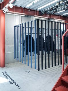 A puffer jacket exhibition in Tokyo gets down with waste - News - Frameweb Retail Interior Design, Retail Store Design, Retail Shop, Interior Shop, Exhibition Display, Exhibition Space, Display Design, Booth Design, Cool Retail