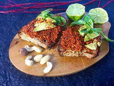 Muhammara ist nicht nur ein köstlicher veganer Aufstrich mit orientalischer Note, es eignet sich auch als Dip zu Nachos, es ist perfekt als Suppen-Topping, zu Ofenkartoffeln oder ganz einfach zu ei…