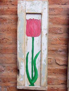 Postigo pintado a mano. Flor