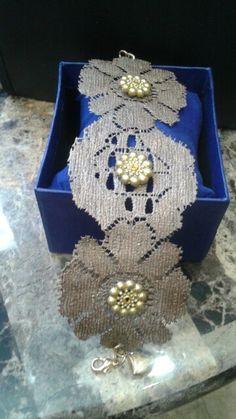 Brasalete de encajes con adornos dorados carmelita muy lindo con cierre de cadena. De moda