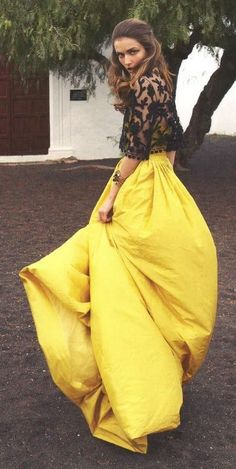 Conjunto de falda larga amarilla y camisa de encaje negra. Imagen vía Pinterest.