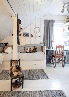 Valoisa lastenhuone taitekaton alla. Light nursery under slanted roof. | Unelmien Talo&Koti Kuva: Toni Rosvall Toimittaja: Nina Nygård