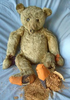 Old Steiff bear circa 1904 called Grandad in need of repair.