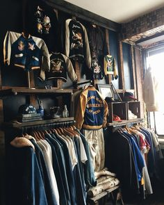 Clothing Store Interior, Clothing Store Displays, Vintage Clothing Stores, Trading Company, California Style Outfits, Showroom Interior Design, Room Store, Piercing, Store Layout