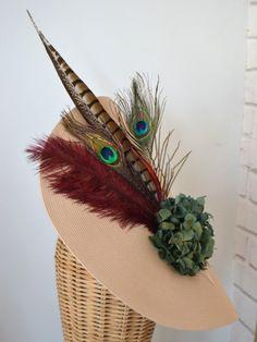Semipamela en nude con composición de plumas de pavo real, pluma de faisán lady, plumás de avestruz en tono granate y hortensias preser...