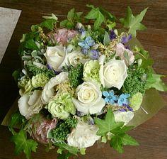 花ギフトのプレゼント【BFM】 ホワイト&ブルー そんなフラワーアレンジメント http://www.basketflowermarkets.com