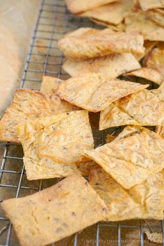 These cauliflower chips Low Calorie Crackers, Healthy Low Calorie Snacks, Healthy Crackers, Gluten Free Crackers, Homemade Crackers, Carb Free Crackers Recipe, Healthy Life, Healthy Food, Gluten Free Chips