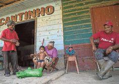 Kullanhuuhtojien kylän asukkaita baarin edessä. Kaivoksilla asuu nykyään myös lapsiperheitä.