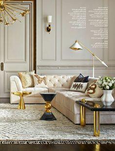 meubles art deco, table basse noire, tapis blanc, plafonnier doré, sofa crème capitonné