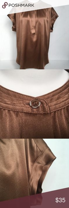 Vince Shimmery Bronze Cap Sleeve 100% Silk Shirt Gorgeous shimmery blouse from Vince in a bronze brown. Cap sleeves, 100% silk. In good shape but it has a few tiny pulls and pilling and some of the finish on the buttons is flaked.      Bust (underarm to underarm doubled): 46     Length (shoulder to hem):  28  This shirt is part of a charity auction.   It was donated by a woman who chose the charity, The Juvenile Diabetes Research Foundation to benefit from its sale.  Your purchase makes a…