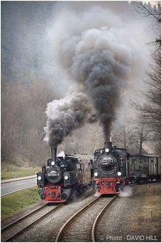 The great steam locomotive race Train Tracks, Train Rides, Voyager C'est Vivre, Foto Picture, Old Steam Train, Train Pictures, Old Trains, Train Engines, Steam Engine