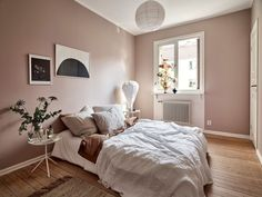 master bedroom paint colors While Im taking almost up to a year to decide on a very light (and safe choice) grey to paint the living room wall at home, some people just dare Dusty Pink Bedroom, Pink Bedroom Walls, Best Bedroom Colors, Pink Bedrooms, Bedroom Paint Colors, Bedroom Color Schemes, Master Bedroom, Bedroom 2018, Warm Bedroom