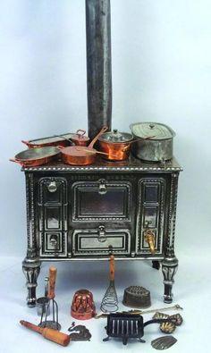 Belle cuisinière en fonte polie avec sa cheminée et son réservoir à eau, fabrication française de la maison GODIN modèle breveté + ensemble d'accessoires de cuisine en cuivre, moules + divers accessoires… - Lombrail-Teucquam - 02/02/2013