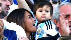 La compagne de Messi et son fils dans les tribunes d'Argentine-Suisse - http://www.actusports.fr/110226/compagne-messi-fils-les-tribunes-dargentine-suisse/