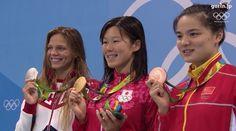女子200メートル平泳ぎ決勝、金メダルを手に笑顔の金藤理絵