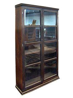 CRISTALEIRA IMPONENTE - Cristaleira de madeira e vidro usada na sala de estamparia para guardar fórmulas de pigmentos.