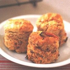 Feta, Olive and Sun-dried Tomato Scones - Complete the recipe, leave to cool at room temperature, and open-freeze until solid. Freeze in bags or a container with tight-fitting lid. Defrost at room temperature and use as soon as possible. Veggie Recipes, Cooking Recipes, Vegetarian Recipes, Feta, Ma Baker, Biscuits, Savory Scones, Good Food, Yummy Food