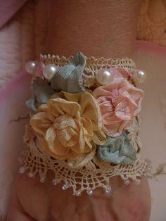 El brazalete de Lillianna encaje con perlas y por ShatteredPrincess