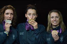 Il podio italiano: da sinistra Errigo (argento), Di Francisca (oro), Vezzali (bronzo). Una giornata storica per la scherma azzurra (Afp)