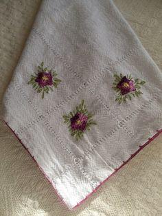 Panos de prato artesanais com bordado de florzinhas e bico em croché.