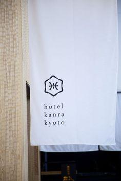 """O projeto de sinalização do Hotel Kanra em Kyoto (Japão) foi feito pelo escritório Artless Inc. e procura, assim como o projeto de interiores (UDS), partiram do conceito """"herança e inovação&#…"""