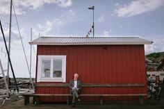 Bröllop på Björkö - Porträtt av gäst på bryggan