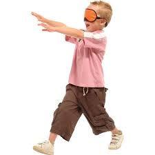 Blindemannetje - www.activitheek.nl  Laat de kinderen in een kring zitten. Kies een kind, dat geblinddoekt in het midden wil staan. Het kind wijst nu in de richting van een van de kinderen in de kring en zegt een woord. Het kind, dat aangewezen is moet nu het woord herhalen. Het kind mag hierbij de stem verdraaien. Het geblinddoekte kind moet nu raden welk kind dit is. Als het goed is geraden, dan mag er een ander kind in de kring.