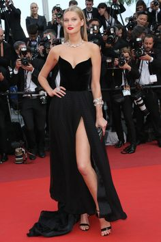 16 May Toni Garrn showed off her figure in a strapless black gown with a thigh-high slit. Vestidos Red Carpet, Red Carpet Dresses, Black Dress Red Carpet, Black Gowns, Vestido Strapless, Strapless Dress Formal, Event Dresses, Prom Dresses, Formal Dresses