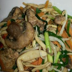 Pieter is enjoy eating it. (゚∇^*) - 7件のもぐもぐ - Hot and spicy Mushrooms chicken veggies fried egg noodles. The chicken is marinated with Chinese 5spice and sake. by Sophia Wijnen